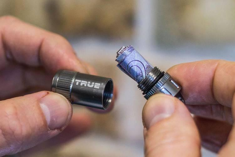 TU251 True Utility CashStash+ Brelok ze schowkiem na banknot